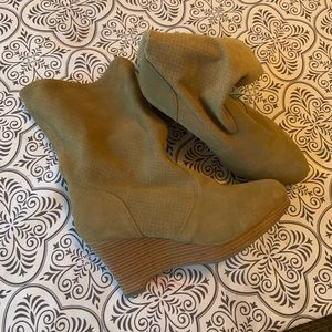 Size 9 suede wedge boot